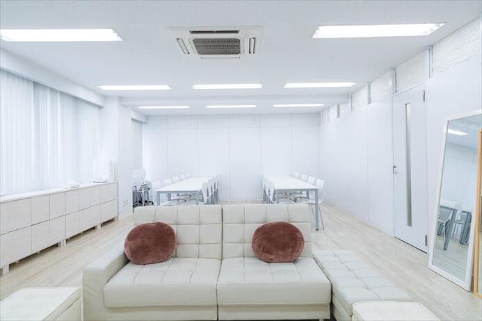 ソファースペースと、着席の作業スペースがあります
