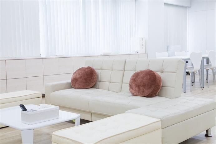 ソファースペースは3人掛けソファベッドと椅子で6~7名で打ち合わせができます
