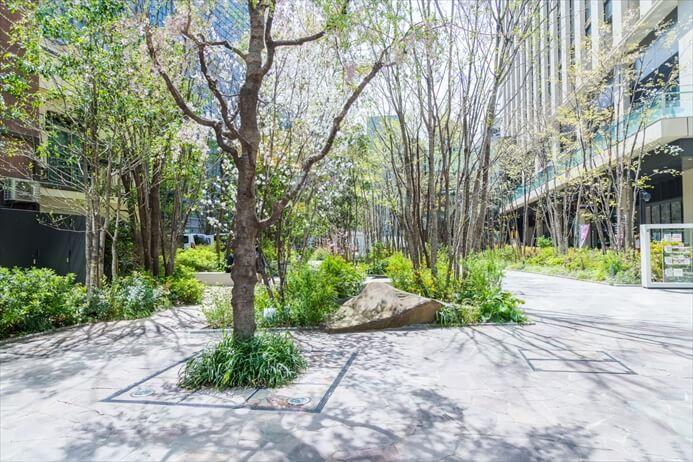 高層オフィスビルゾーンなので明るく、人通り多く安心。周辺徒歩1分以内にコンビニや、カフェ、緑地もあり便利です